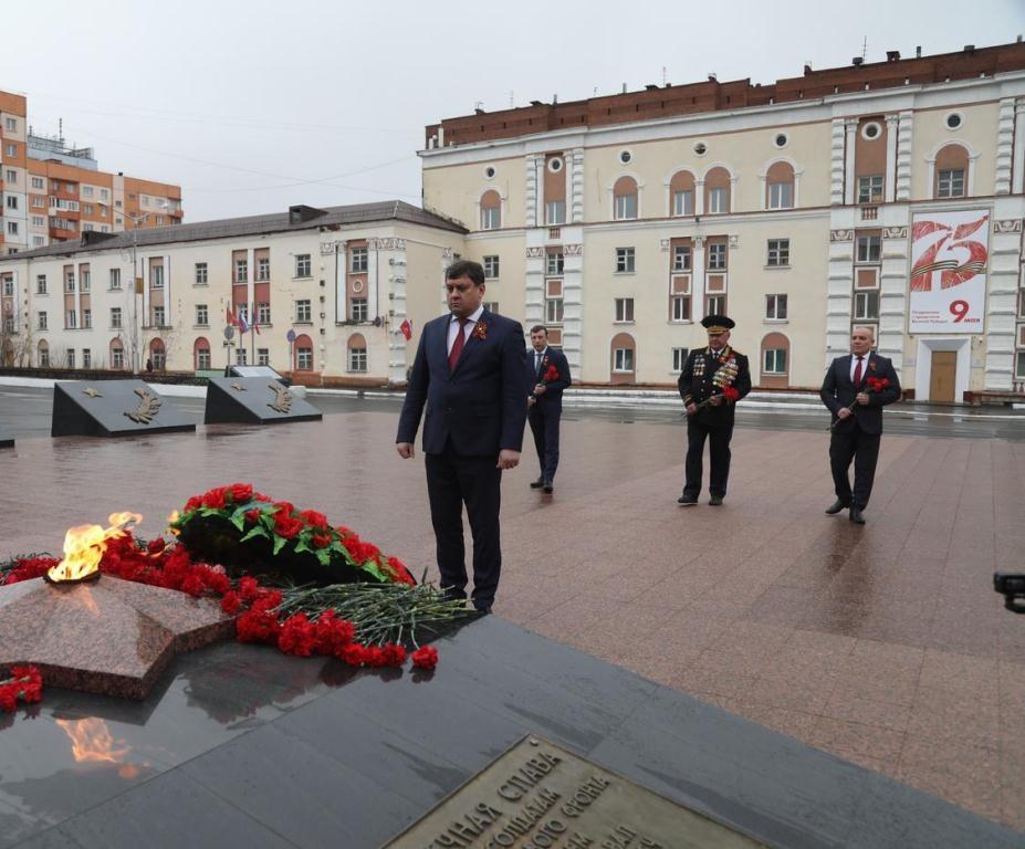 На площади Памяти Героев возложили цветы к Вечному огню