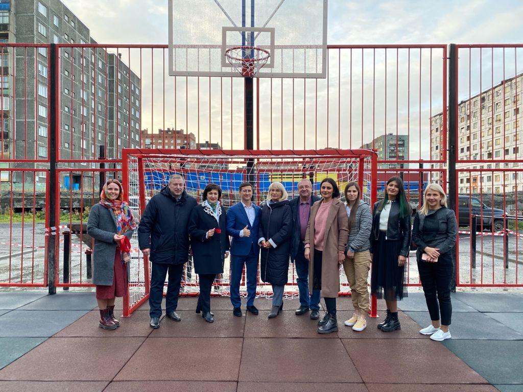 Во дворе ул. Лауреатов, 23-29, завершилось строительство спортплощадки