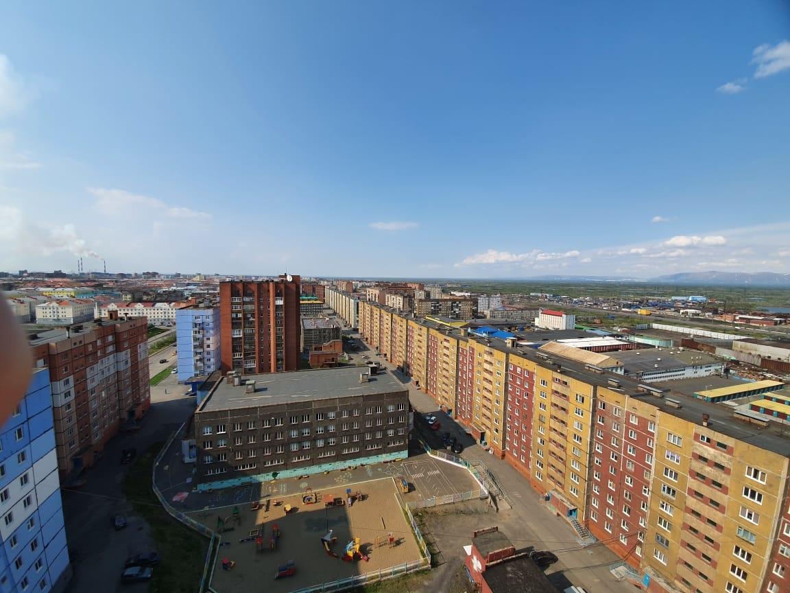 В Талнахе при падении с восьмого этажа разбился трёхлетний малыш