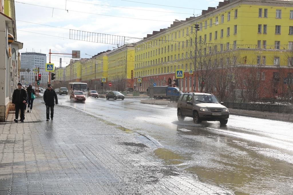 На дорогах Норильска проводятся противопаводковые мероприятия