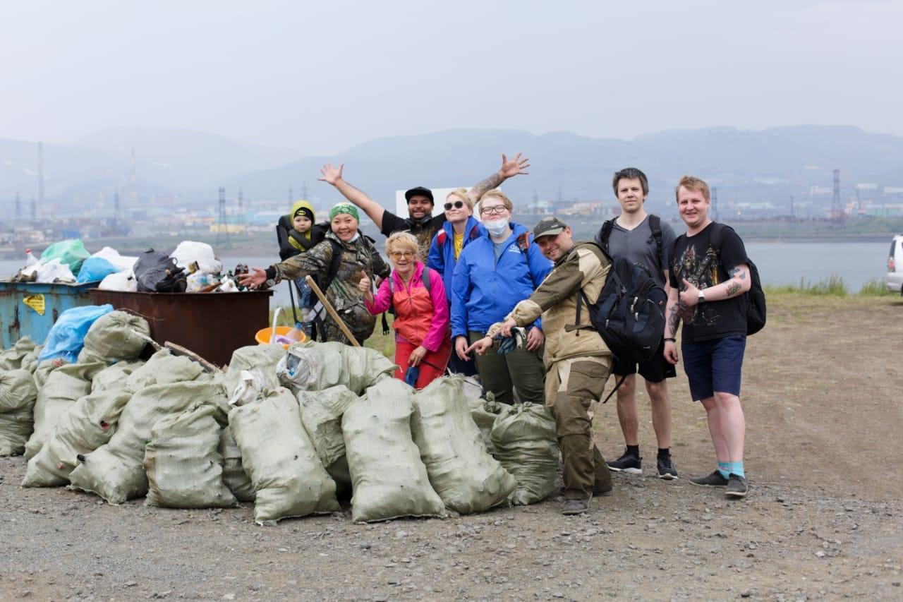 Сегодня полтора десятка добровольцев провели субботник на берегу озера Долгого. Результат: собрано 50 мешков мусора