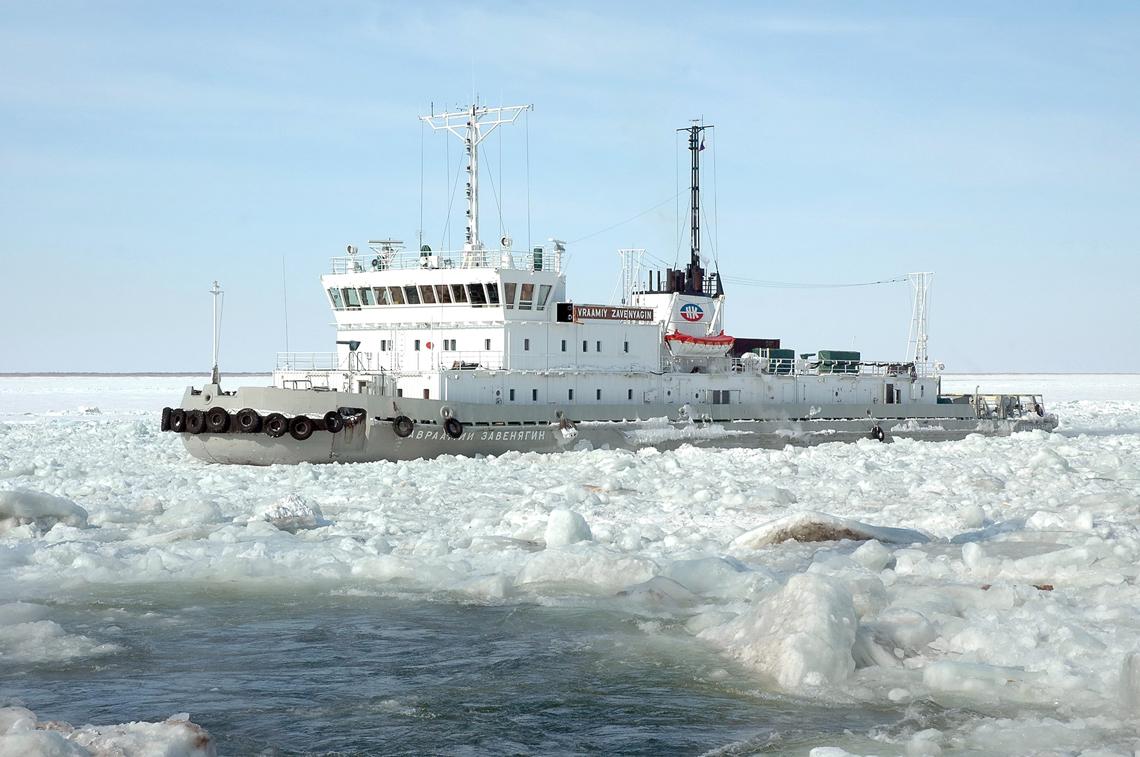 «Авраамий Завенягин» спас из ледового плена несколько судов