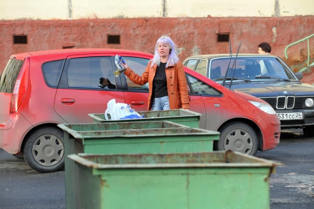 Припаркованные автомобили мешают вывозу мусора