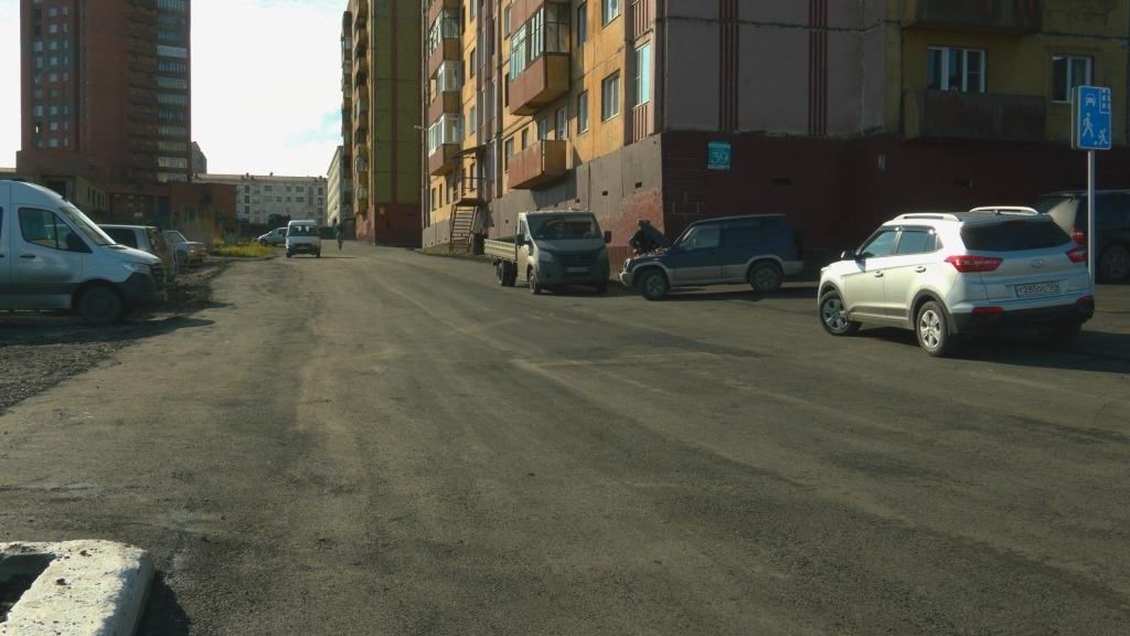 Завершена асфальтировка проездов к семи городским дворам. План на нынешний год выполнен полностью