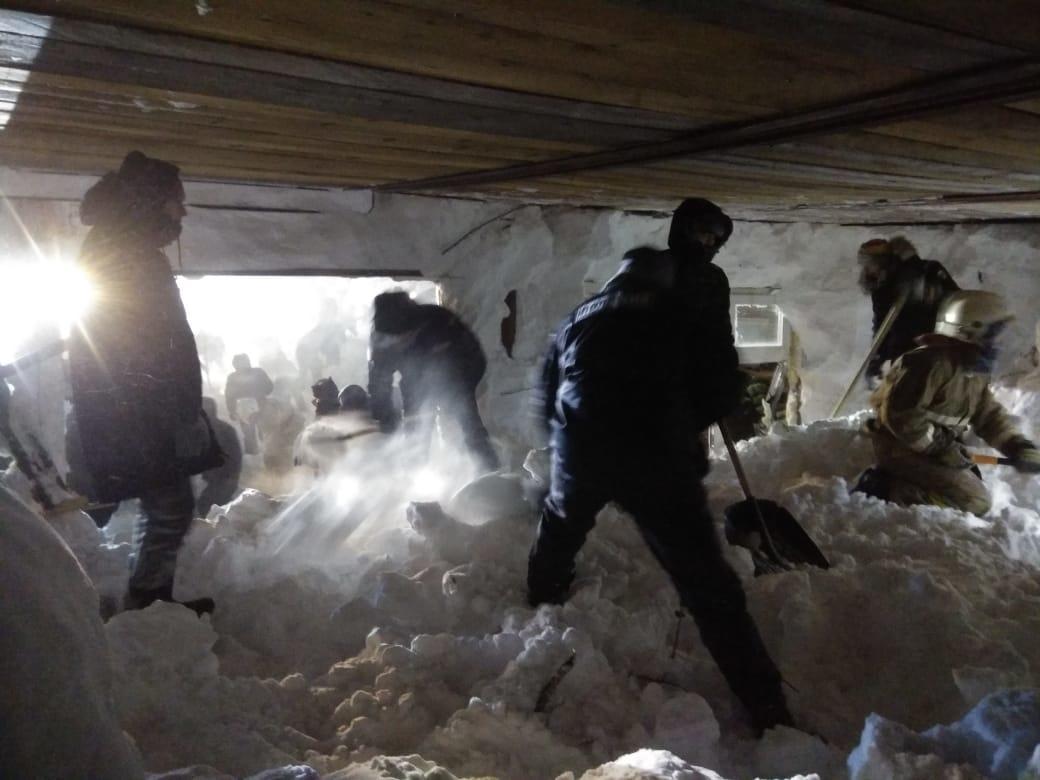 На месте схода лавины продолжается поисковая операция