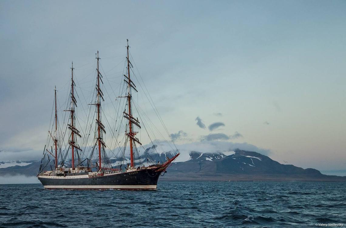 Одно из крупнейших в мире парусных учебных судов — барк «Седов» — переходит к новому этапу трансарктической экспедиции
