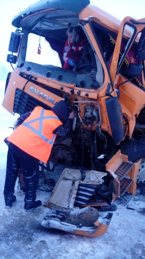 При столкновении грузовика с погрузчиком пострадал человек