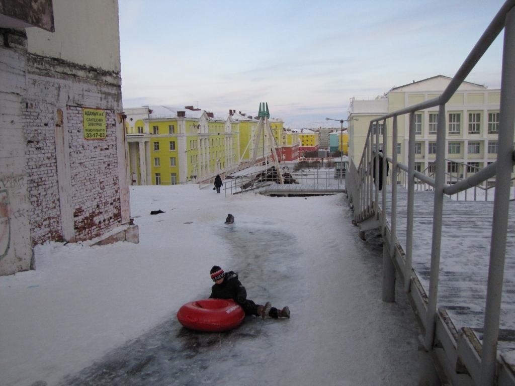 Полицейские предупредили детей и их родителей об опасной горке на Комсомольской, 11