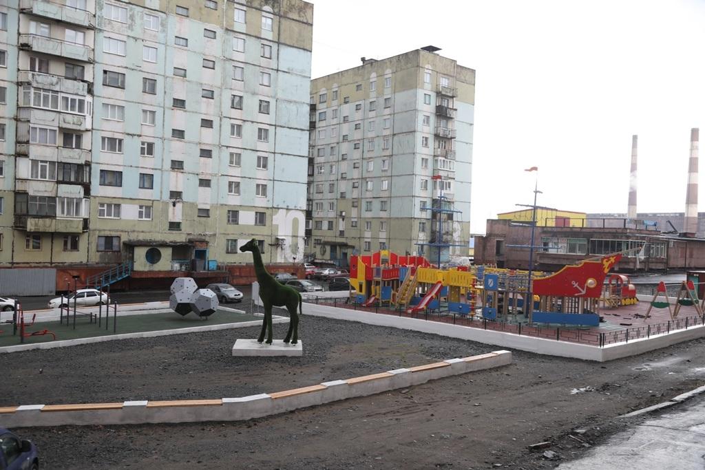 Новенькая детская площадка во дворе дома по ул. Талнахской, 10, откроется после выходных