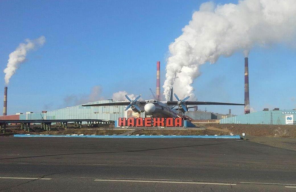 На «Надежде» приступили к ремонту одной из двух дымовых труб высотой 250 метров
