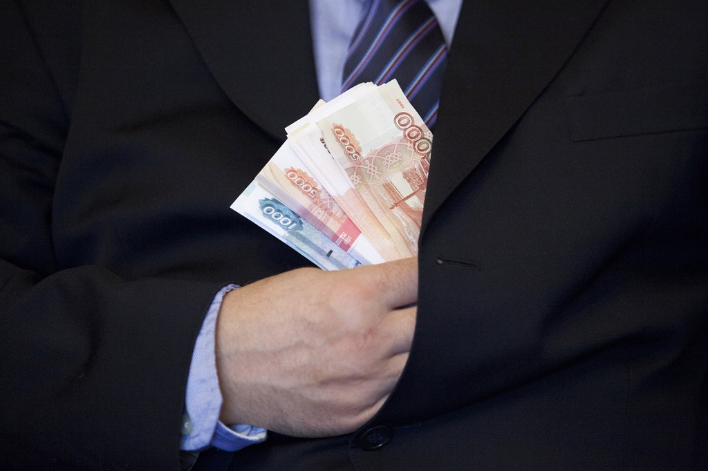 Норильчанина поймали на присвоении части премиальных выплат
