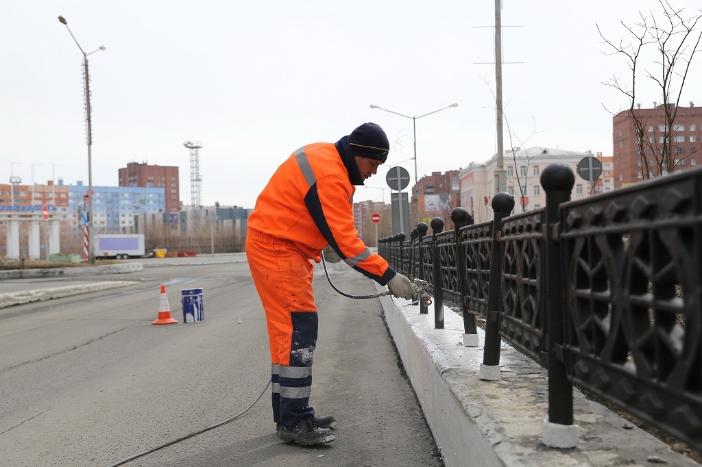 С наступлением лета в городе приступили к покраске элементов обустройства улично-дорожной сети