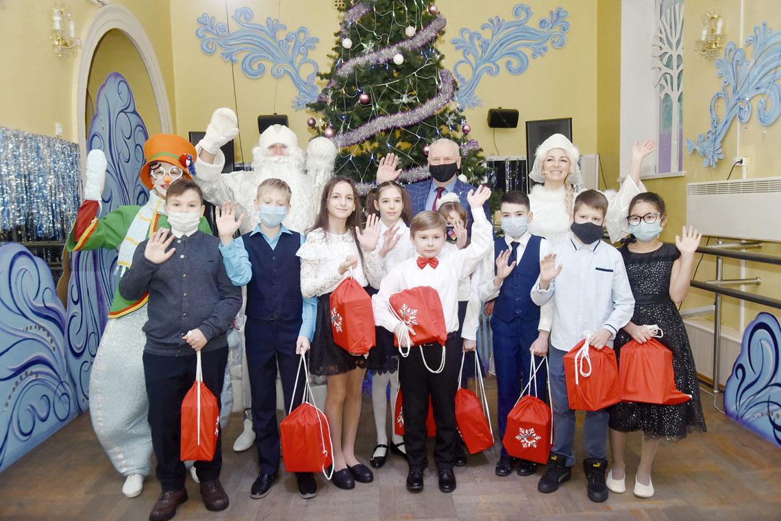 Юные норильские таланты получили именные новогодние дары от губернатора Красноярского края Александра Усса