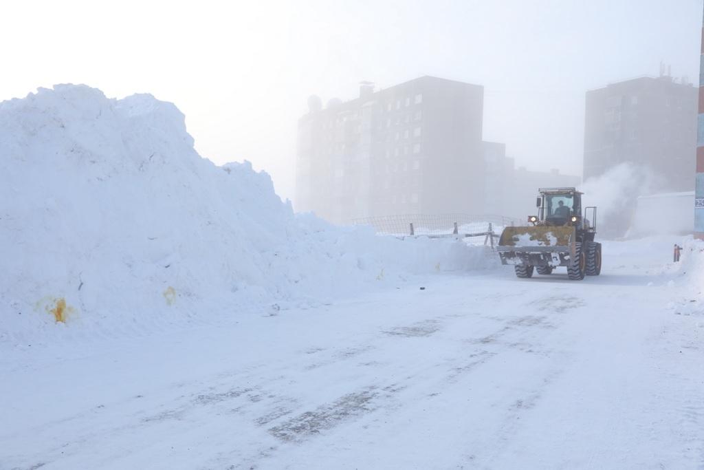 Несмотря на снежную зиму, подрядчик справляется с очисткой проездов