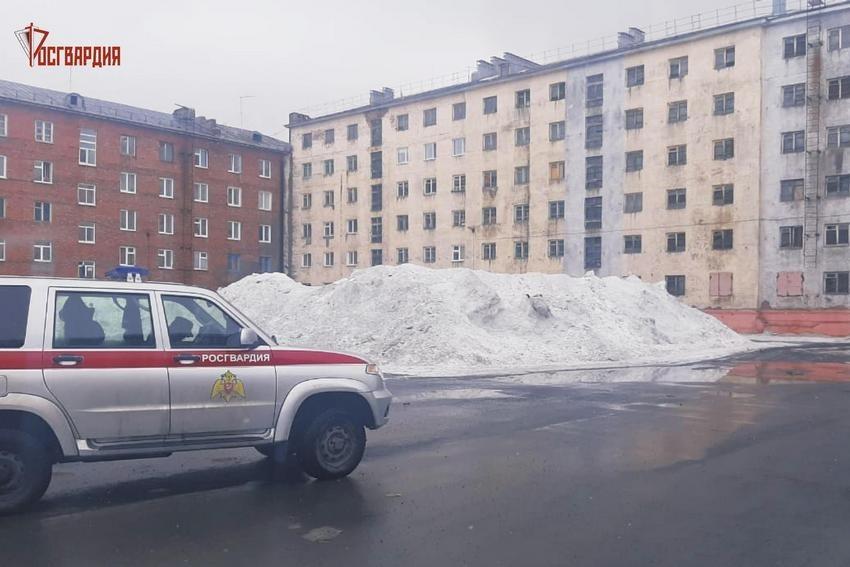 На улице Комсомольской девятилетняя девочка провалилась в сугроб