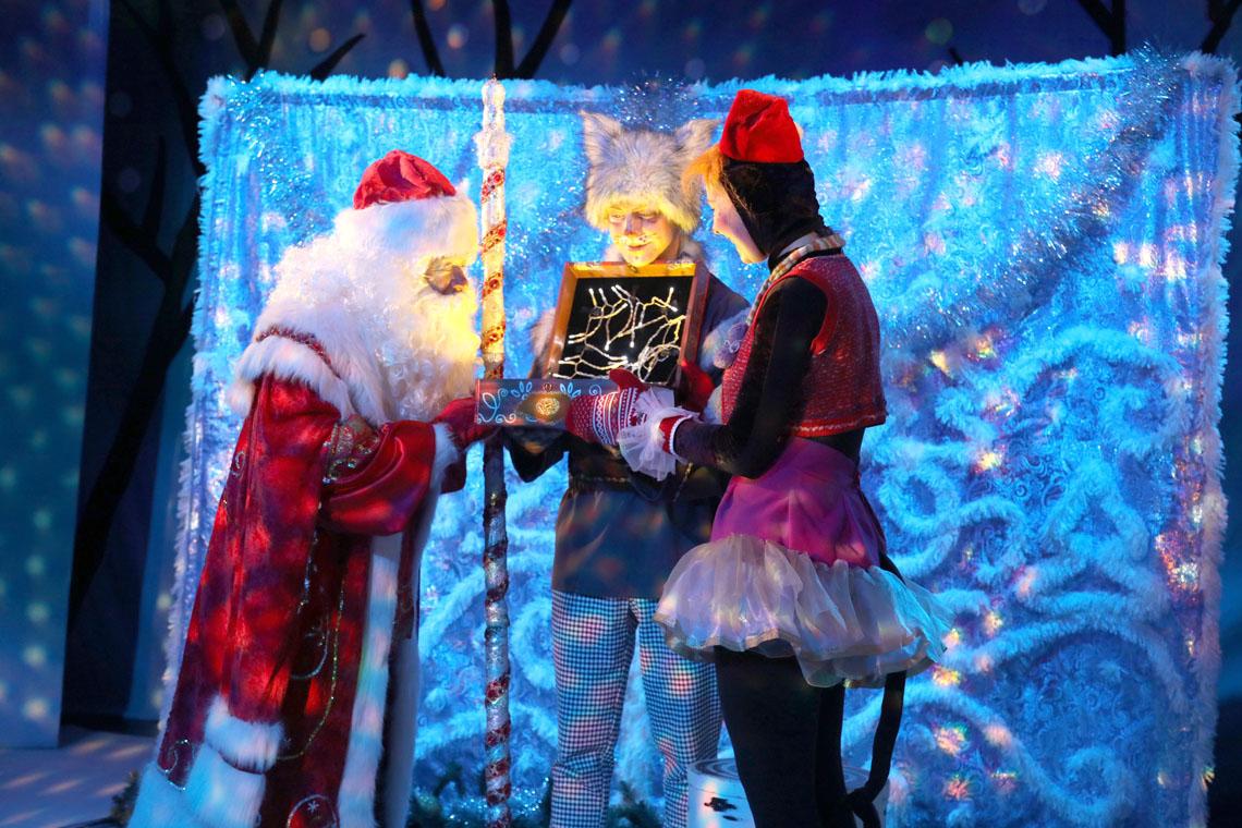 На малой сцене Заполярного театра прошла премьера сказки «Дед Мороз и африканское солнышко»