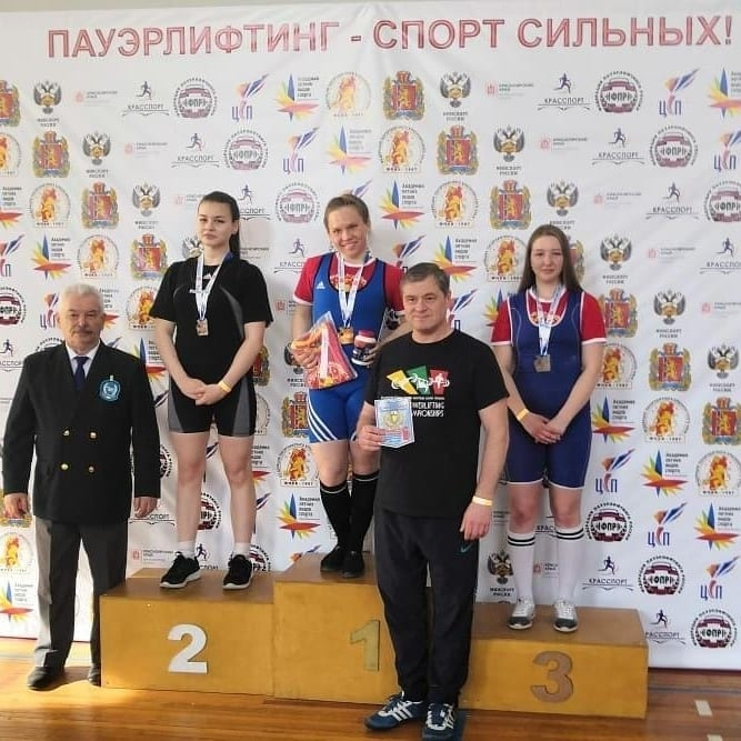 Воспитанники спортивной школы № 5 выступили на краевом чемпионате по пауэрлифтингу, где завоевали четыре медали