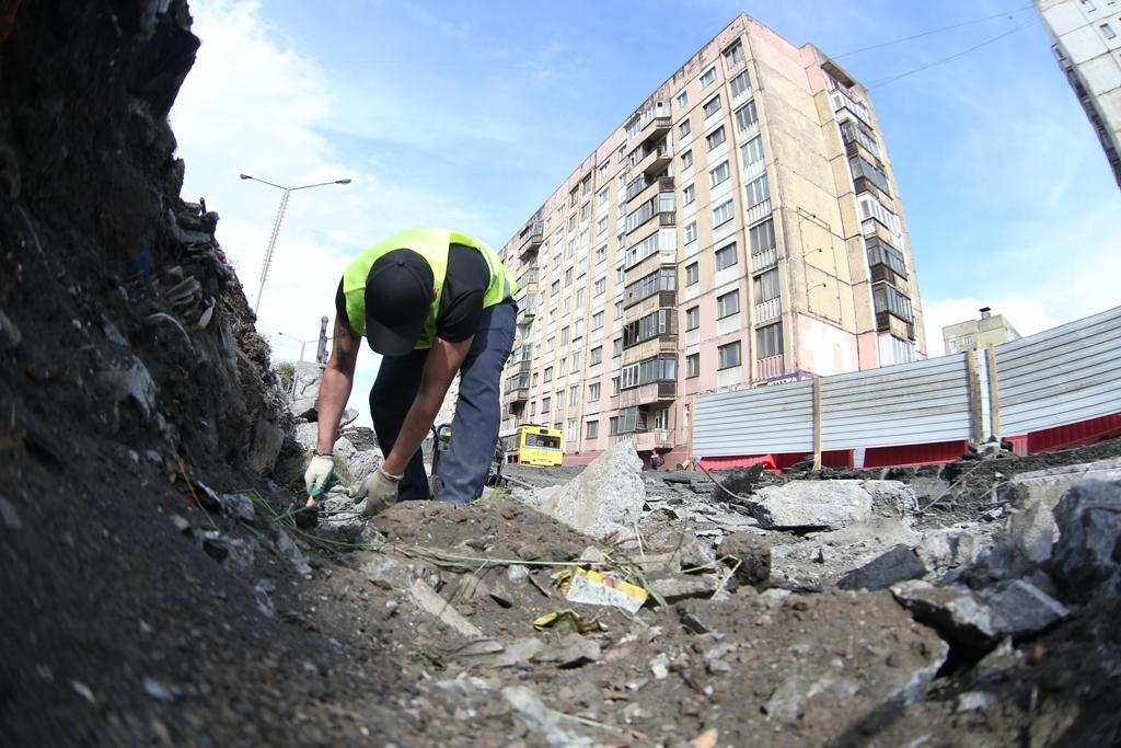 Устраняют провал. На участке автотрассы в районе дома № 10 на ул. Талнахской начался ремонт дороги