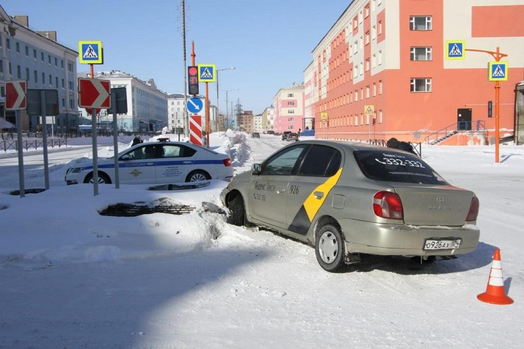 В ДТП на регулируемом перекрёстке пострадали женщина с ребёнком
