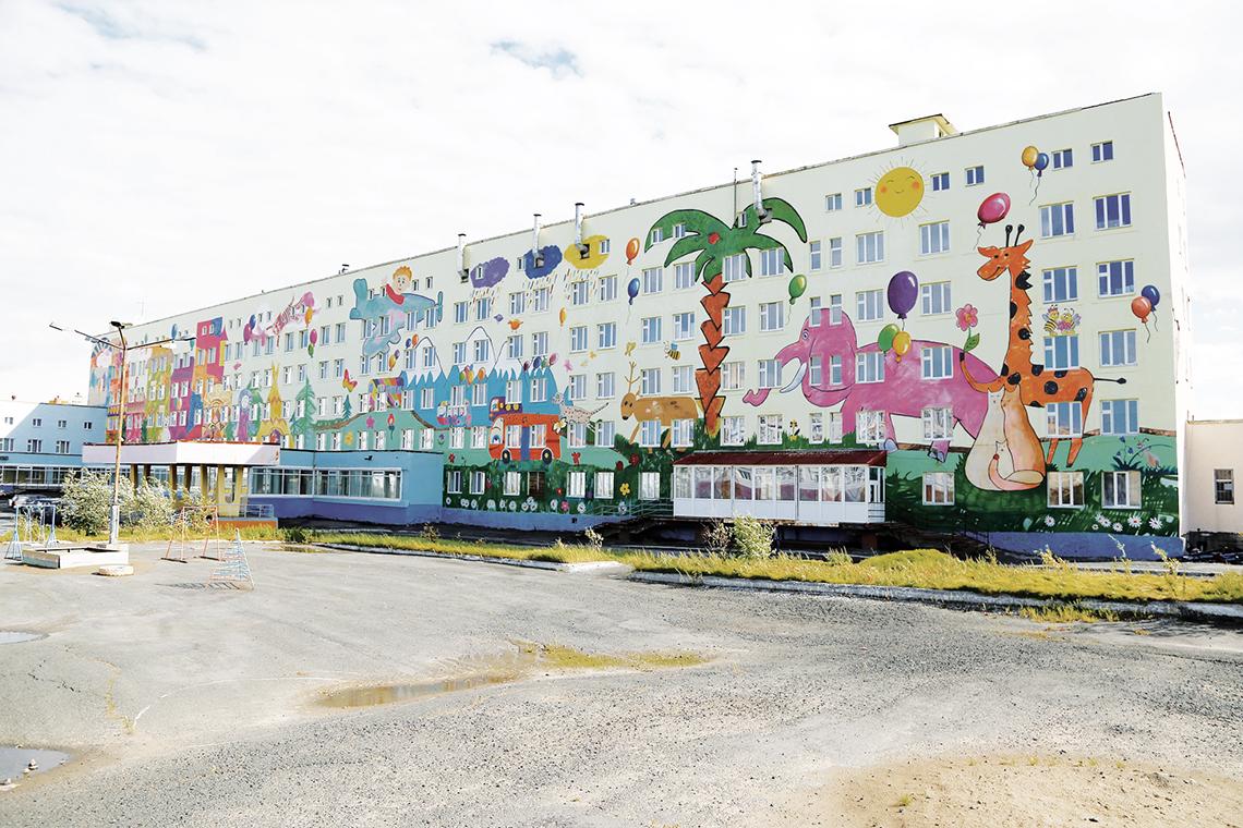 На стене, как на холсте. В Норильске завершился шестой конкурс «Добавь городу красок»