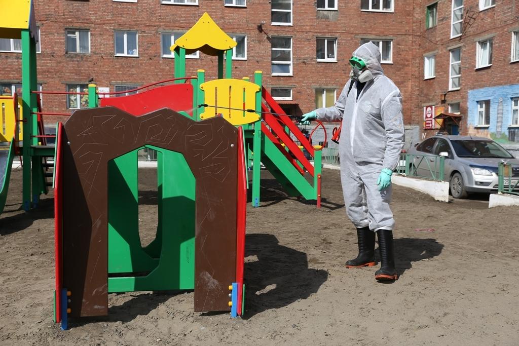 Детские площадки раньше обычного начали очищать от мусора
