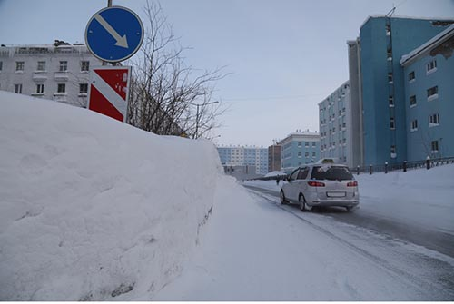 Зимнюю дорогу замело под вечер...