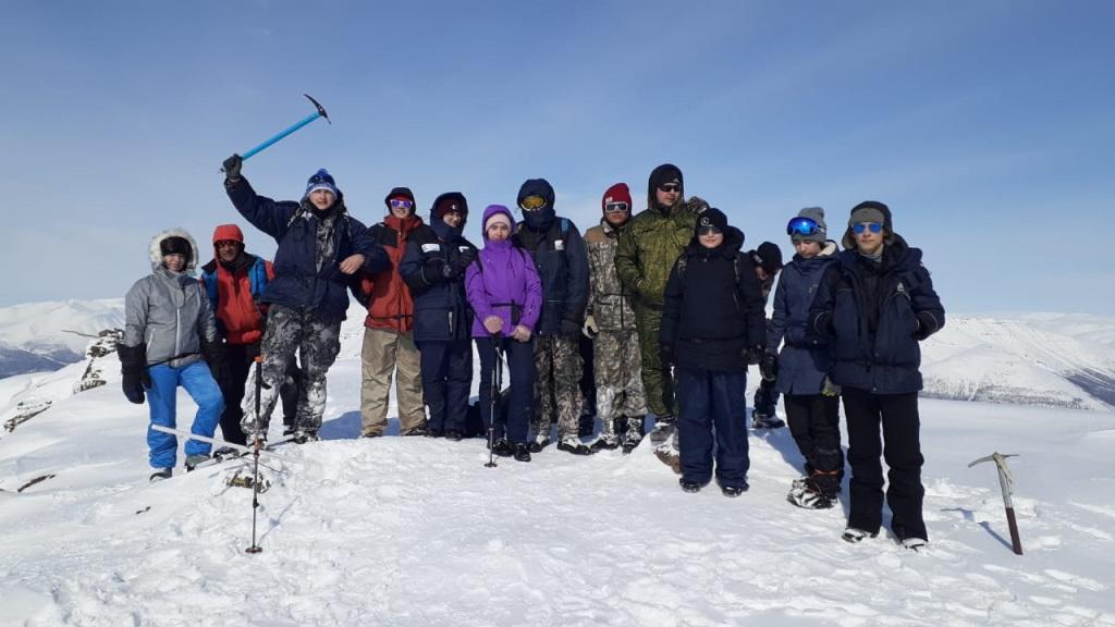 Ученики 31-й школы покорили вершину горы Фестивальной
