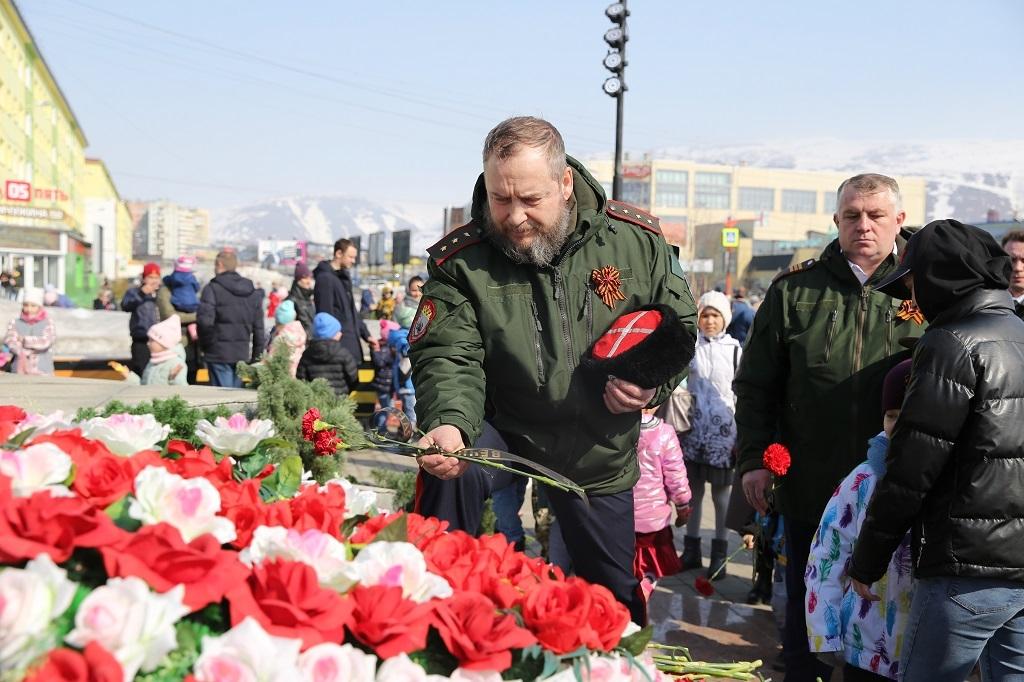 В Талнахе торжественно возложили цветы к стеле «Вечно живым»
