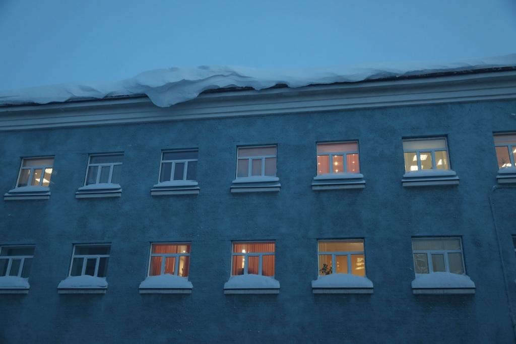 В городе продолжается борьба со снежными «шапками»