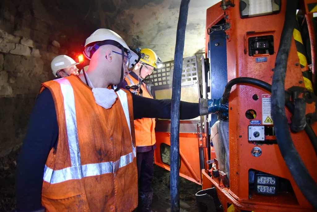 Один из работников рудника «Комсомольский» нашёл решение для снижения простоя техники в шахте