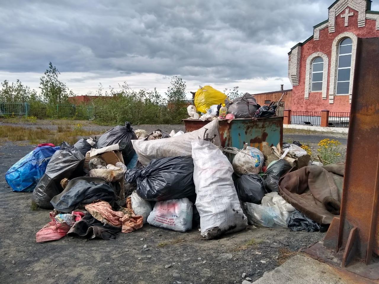 За неделю до Дня города активисты провели традиционную уборку на старом кладбище в районе улицы Нансена
