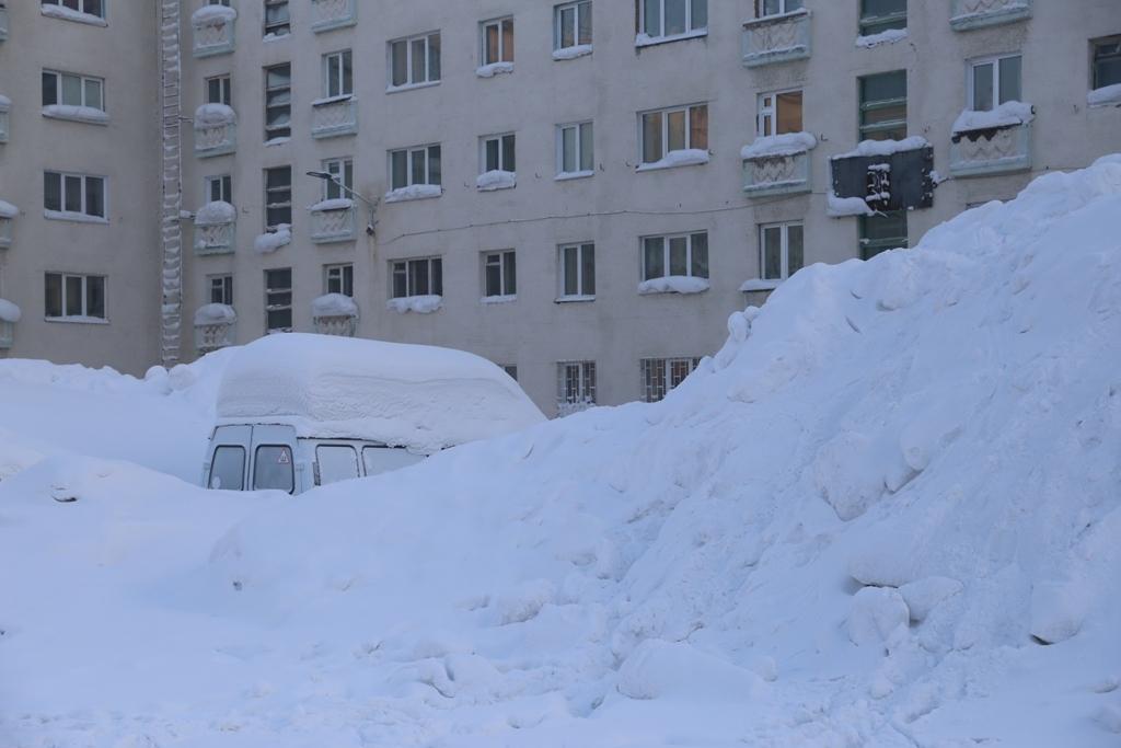 Снежные горы и пьедесталы всё чаще стали встречаться во дворах Норильска