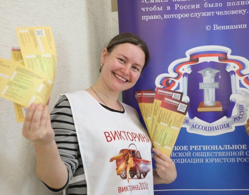 Удачный момент. В розыгрыше призов на знание Конституции РФ норильчане за сутки выиграли автомобиль и смартфон