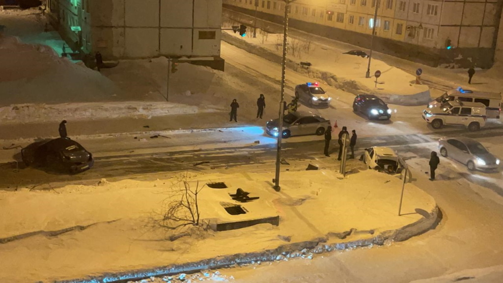 В ночном ДТП на перекрёстке пострадали два человека