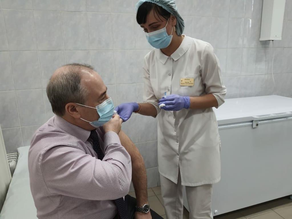 Министр здравоохранения Красноярского края сделал прививку против коронавируса