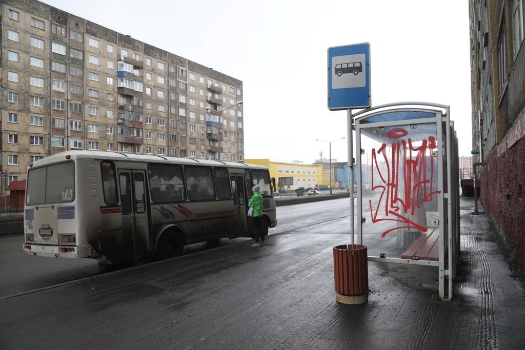 Сезонная очистка. В Норильске снова отмывают автобусные остановки от творчества граффитистов