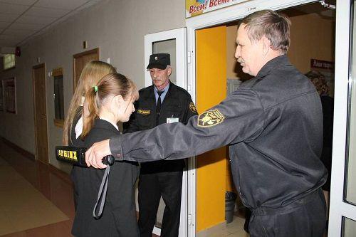 С сегодняшнего дня в Норильске сотрудники полиции начинают проверку школ на предмет оснащения охранников металлодетекторами.