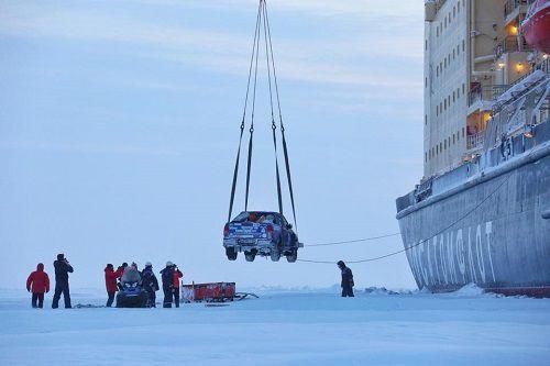 «Таймыр» спешит на помощь. Атомный ледокол подобрал путешественников, стартовавших из Норильска на двух внедорожниках в Диксон и застрявших в снегах на обратном пути.