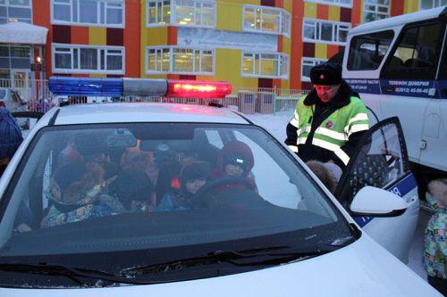 Маленькие норильчане изучили настоящую спецтехнику дорожных полицейских.