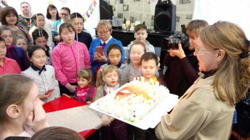 Продолжается сбор средств на специальный медицинский прибор для Влада Карасева с редким генетическим заболеванием. В день рождения мальчика в Дудинке прошла благотворительная акция.
