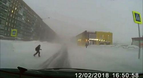В Норильске под колеса машины едва не угодил подросток. Обозрение на дорогах существенно ухудшают высокие сугробы.