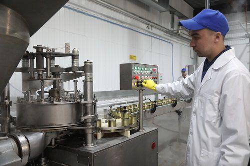 С конвейера консервного цеха мясоперерабатывающего комбината «Норильский» сошли первые пять тысяч банок мясных консервов и паштетов.