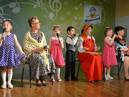 Интереснейшими, теплыми, семейными концертными программами отметил Норильск День пожилого человека. В Кайерканской детской школе искусств не только пели и танцевали, там дегустировали пироги, приготовленные бабушками и по бабушкиным рецептам.