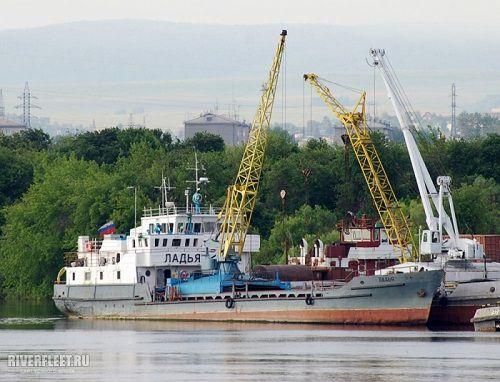 В Красноярском крае теплоход ветром выбросило на мель.
