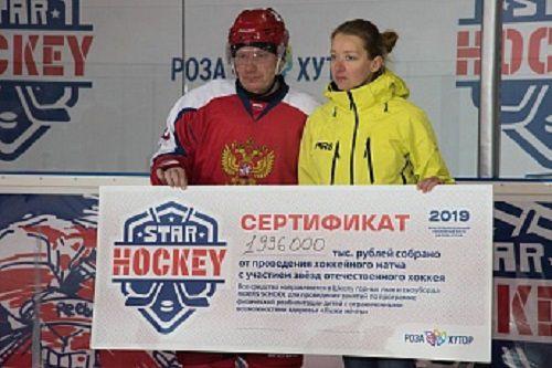 Сертификат на два млн рублей школе горных лыж и сноуборда RIDERS SCHOOL вручил президент «Норникеля» Владимир Потанин.