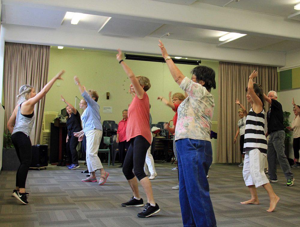 Танцуют все! В Норильске продолжаются бесплатные занятия по танцам для подростков, а в ближайшее время к ним присоединится детвора до семи лет и пенсионеры.