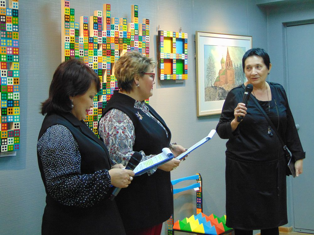 Таймырцы стали ближе к звездам на выставке известной художницы Людмилы Гесслер.