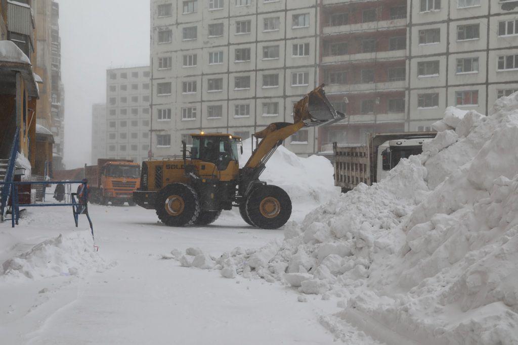 За зиму и полтора весенних месяца из норильских дворов вывезено 603 000 м3 снега, на 8000 м3 больше, чем за тот же период прошлого года.
