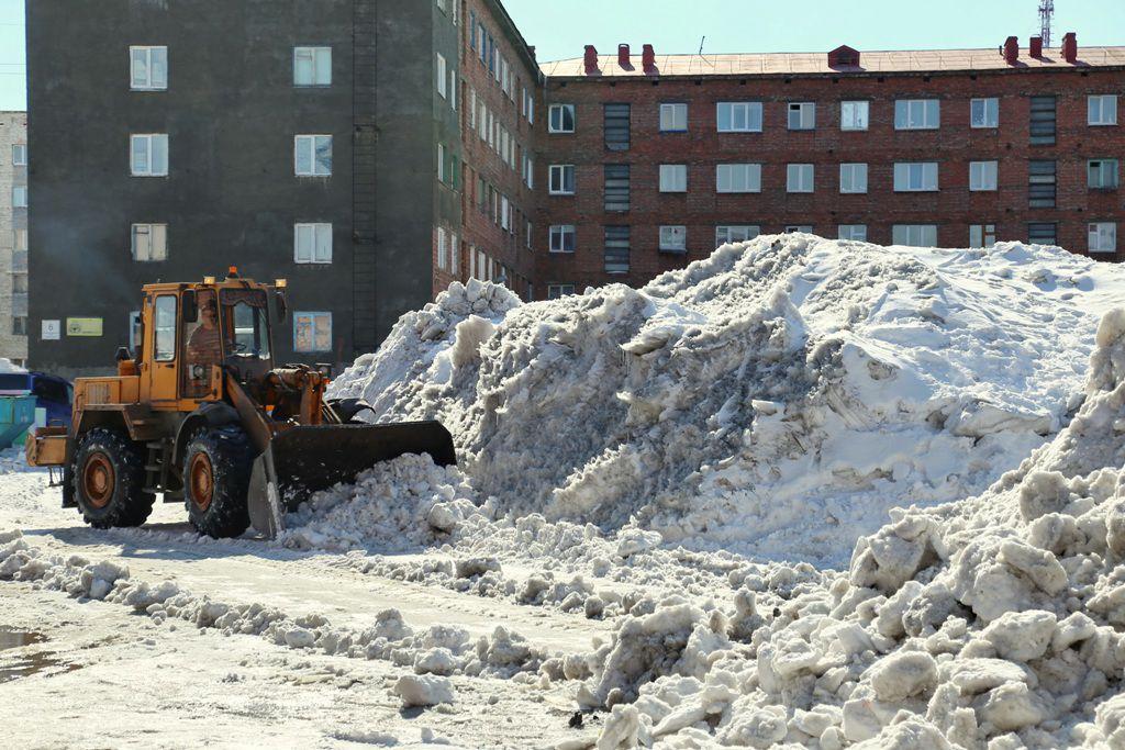 Город охвачен снегоуборочной страдой. Управляющие компании активно освобождают дворы от снега.