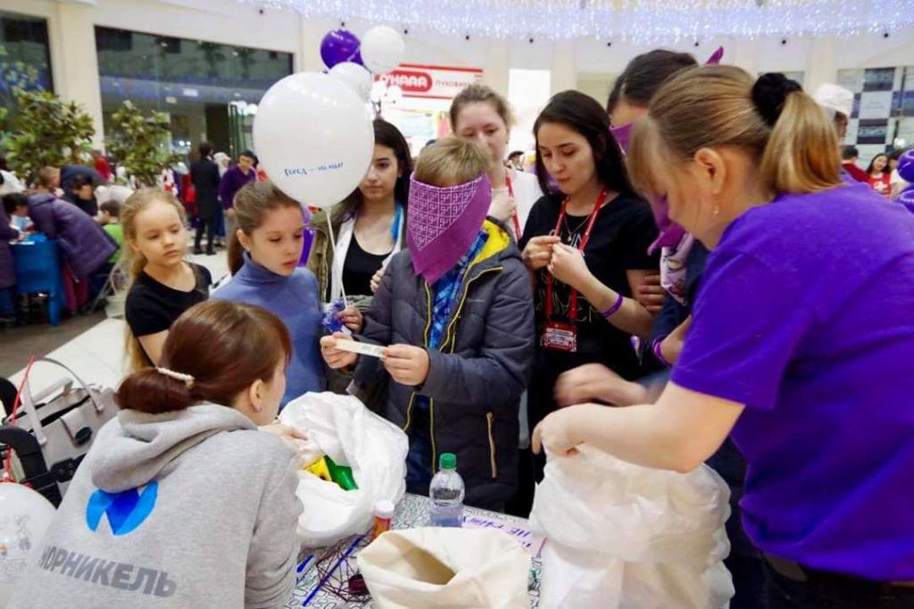 Студенты социального конструкторского бюро устроили мини-фестиваль в атриуме «Арены» по итогам трёхдневной сессии.